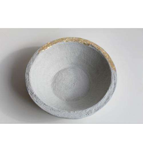 Coupe en béton - Coupe en béton gris amande, pointé d'or Dimensions  Diamètre 28 cm - Hauteur 8 cm