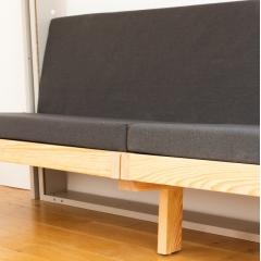 SOFA - le canapé - Complément de la collection des meubles gain de place de la marque MAFAEL, SOFA est le canapé qui s'intègre au lit escamotable JUNO.   Grâce à JUNO et SOFA, votre pièce à vivre se transforme au gré de la journée en un salon accueillant et confortable ou en une chambre à coucher. Vous levez votre lit au plafond pour libérer vos mètres carrés.  Avec ses lignes épurées, SOFA est en parfaite harmonie avec le lit au plafond JUNO.   Design sobre, SOFA est en pin des Landes et offre une assise avec un textile gris anthracite.   Les meubles MAFAEL sont fabriqués en France.   Et, vous que feriez-vous avec 4 m2 supplémentaires ?