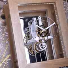 Horloge comtoise Moderne Equinoxe  - <p><strong>L</strong>a petite dernière de nos créations, c'est <strong>Equinoxe</strong>. Comtoise moderne murale, certains modèles ont été réalisés avec«Art of Val & Déco», artiste locale</p> <p><strong>Dimensions :</strong></p> <ul> <li>Équinoxe mécanisme seul :16 cm x 16 cm x 106 cm</li> <li>Équinoxe mécanisme + cadre Chêne : 44.5 cm x 34,5 cm x 20.5 cm</li> <li>Équinoxe complet : 84.5 cm x 75,5 cm x 24 cm<br /> (possibilité de création sur mesure).</li> </ul>