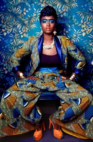 Vêtements et accessoires femmes, hommes, enfants - <p>Juneshop est une marque de prêt-à-porter féminin métissé née en 2001 du désir d'une jeune créatrice, Nelly MBONOU, de satisfaire son goût pour les tissus africains et les coupes modernes. Sa «Melting Mode» réinterprète le folklore ethnique dans un cadre urbain pour démocratiser les tissus africains en sublimant leur richesse et leur diversité, dépasser les barrières culturelles pour des créations accessibles au plus grand nombre.</p> <p>Les vêtements sont confectionnés à partir de « wax », imprimés de coton africains aux motifs expressifs et chatoyants mixés avec des tissus occidentaux comme le velours, le jeans, la soie sauvage, le vichy, le polaire ou encore le tweed. Les collections déclinées en petites séries du 34 au 50 sont confectionnées dans un atelier équitable de Yaoundé, Toutes les fournitures et les matières premières sont également 100% made in Cameroon. Une certaine idée du chic parisien !</p>