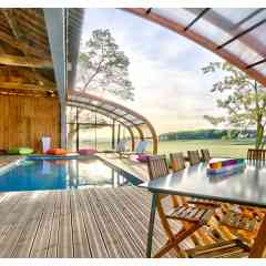 Abris bois - Une architecture forte et élégante qui donne du caractère au bassin.