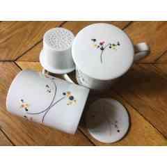 Tisanière Bulles - La tisanière se compose d'une tasse, d'un filtre et d'un couvercle. Motifs bulles peint à la main, jeu de couleurs au pinceau. Cuisson de la pièce à 840°. Compatible lave-vaisselle et micro-ondes. Pièces uniques ou en petites séries.