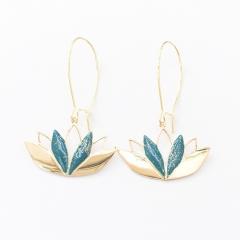 """Boucles d'oreilles LOTUS - Superbes ces boucles d'oreilles Lotus en plaqué or 3 microns. Pièce poinçonnée au dos et émaillée en son centre. Longueur totale 5cm ( pièce 2x3cm )  LA SYMBOLIQUE : cette fleur est considérée par les anciens Égyptiens comme """"la fleur initiale"""" et """"le symbole de la naissance de l'astre divin"""". Ainsi, lorsqu'il a terminé sa course, le soleil se réfugie dans le lotus pour replonger dans l'onde. Elle se retrouve également dans le bouddhisme tibétain et dans le monde asiatique en général, où le lotus représente la possibilité pour tout être humain de parvenir à l'état de Bouddha quelles que soient les conditions de vie, tout comme la fleur de lotus poussant dans un étang boueux.  La fleur de Lotus apporte paix, sérénité et sagesse à la personne qui la porte."""