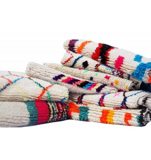 Tapis berbères azilal du Maroc. - <p>Ma s&eacute;lection de tapis berb&egrave;res azilal color&eacute;s et fluos est confectionn&eacute;e &agrave; la main par les femmes berb&egrave;res tisseuses du Moyen-Atlas marocain.</p> <p>Plus d&rsquo;un mois de travail est n&eacute;cessaire pour cr&eacute;er une de ces pi&egrave;ce charg&eacute;e d&rsquo;histoire.</p> <p>Les femmes berb&egrave;res des montagnes du Moyen Atlas tissent au gr&egrave;s de leurs envies et de leurs humeurs. Chaque couleur et symbole ne sont pas simplement choisis dans une d&eacute;marche d&rsquo;esth&eacute;tisme mais dans celle de la symbolique.</p> <p>Ces pi&egrave;ces toutes uniques ne sont pas simplement belles, elles repr&eacute;sentent une vie, des dizaines d&rsquo;&eacute;motions.</p> <p>Acqu&eacute;rir un tapis berb&egrave;re c&rsquo;est voyager dans le temps et l&rsquo;espace.</p>