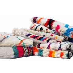 Tapis berbères azilal du Maroc. - <p>Ma sélection de tapis berbères azilal colorés et fluos est confectionnée à la main par les femmes berbères tisseuses du Moyen-Atlas marocain.</p> <p>Plus d'un mois de travail est nécessaire pour créer une de ces pièce chargée d'histoire.</p> <p>Les femmes berbères des montagnes du Moyen Atlas tissent au grès de leurs envies et de leurs humeurs. Chaque couleur et symbole ne sont pas simplement choisis dans une démarche d'esthétisme mais dans celle de la symbolique.</p> <p>Ces pièces toutes uniques ne sont pas simplement belles, elles représentent une vie, des dizaines d'émotions.</p> <p>Acquérir un tapis berbère c'est voyager dans le temps et l'espace.</p>