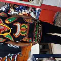 Famien - Famien est un vêtement traditionnel fait en velour et particulièrement brodé à ma main qu'à la machine.