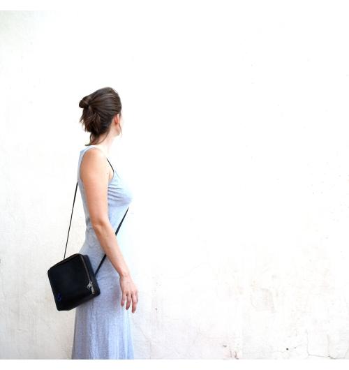 sac losange géométrique minimaliste en chambre à air - Sac fabriqué principalement avec de la chambre à air recyclée // Intérieur feutre bleu ou rouge // Etanche // Poids: 400 grammes environ // Dimensions (cm): Tous les côtés 19 - Profondeur:7 // 1 pochette intérieure zippée // Lavé avec des produits écologiques //