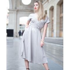 LA ROBE EVA – VERSION ARGENTÉE - Eva la robe longue argentée, petite soeur de la version fleurie  100% coton couleur argentée pour briller en toutes circonstances.  Cintrée au dessus des hanches, sa longue encolure en V, donnent un style et un glamour estival à cette robe.  Eva est froncée juste sous la poitrine et sa ceinture intégrée à la robe vous permet de la nouer aussi bien dans le dos ou devant.  La longue jupe est évasée et fendue sur les deux côtés : les deux ingrédients parfaits qui rappellent une fameuse robe portée par Marilyn dans un de ces célébres films (d'ailleurs, nous aurions pu appeler cette robe Marilyn que ce prénom lui irait à la perfection !).  Les manches courtes de la robe Eva vous séduiront : elle est parfaite pour les chaudes soirées dansantes de l'été.