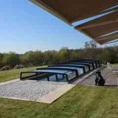 Abri de piscine télescopique Néo 50 - L'abri de piscine bas télescopique Néo 50 permet de se baigner lorsqu'il est fermé et il est toujours simple à manipuler.
