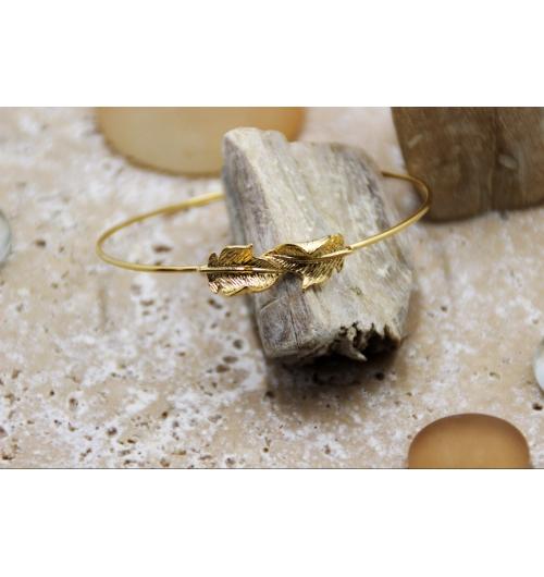 Bracelet Pomelo - Jonc ajustable POMELO feuilles dorés d'acanthes symboles de l'amour éternel et de l'élévation. Convient parfaitement à tous les poignets. À porter en accumulant plusieurs joncs ou bracelets, tendance stacking pour les modeuses. Pour une allure féminine, on retrousse les manches longues pour laisser paraître son jonc au poignet. Le bracelet jonc est dans l'antiquité grecque synonyme de richesse et d'élégance, porté seul il se marie avec une robe cocktail ou un tailleur chic et sophistiqué. Cadeau d'exception à offrir ou à s'offrir.