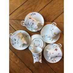 Tasses à café Papillon bulles - Ensemble tasses à café en porcelaine composé d'une tasse élégamment perché sur 4 pieds et une sous tasse. Travail à la plume et au pinceau. Cuisson du décor à 840°. Compatible lave-vaisselle et micro-ondes.  Pièce unique ou petite série.