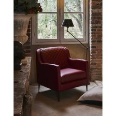 SOPHIE - Modèle iconique de la collection Duvivier Canapés, le fauteuil SOPHIE affirme son caractère par sa ligne remarquable et épurée. Le modèle SOPHIE enrichit sa ligne élégante par le matelassage style Couture des coussins de dossier et les courbes féminines de ses accoudoirs.