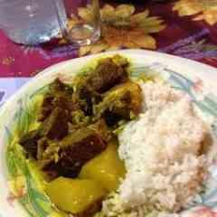 COLOMBO DE CABRI (CHEVRE) - le cabri est marine dans des epices colombo et autres avec des herbes aromatiques et cuit a petit feu; il est accompagne de riz blanc