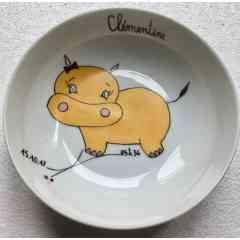 Assiette enfant Zanimo-Ô l'hippo - Assiette creuse enfant en porcelaine, peint à la main. Décor, Hippopotame jaune soleil. Travail à la plume et au pinceau. Diam-16cm, H.6cm, Pr 5cm. Cuisson du décor à haute température ( 840°, pigments sans plomb. Compatible lave-vaisselle et micro-ondes.