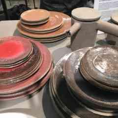 assiettes en ciment émaillées rouge, Frédéric Gautier, édition SERAX - <p>Ces très belles assiettes en ciment émaillées rouge de Frédéric Gautier font partie de la même gamme que les tasses et théières et cafetières du même créateur et s'assortissent parfaitement pour une table moderne et originale à la pointe des tendances.3 tailles, de 15e à 47e .</p>