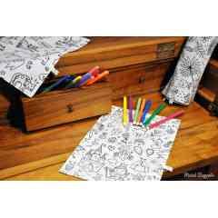 Coloriage lavable - Grâce à ce coloriage, vous allez contribuer à la préservation à de nombreuses forêts !    Lavable et réutilisable à souhait, voici là une façon ludique et écologique d'occuper vos enfants !    Ce coloriage s'utilise avec des feutres ULTRA lavables.    Il est doublé avec un tissu imperméable et anti-dérapant afin que la feuille de tissu ne bouge pas lorsque votre enfant colorie.    Une fois l'oeuvre d'art réalisée, vous pouvez la laver à la machine. Attention, si vous attendez plusieurs jours pour laver le tissu, les couleurs peuvent s'incruster. Dans ce cas, utilisez le percarbonate de sodium !    21X30 cm       NB: l'emplacement des motifs peut varier selon la coupe du tissu