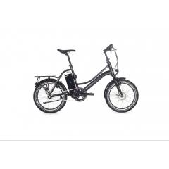 2wenty - Un vélo éléctrique compact et maniable ! La majorité des propriétaires de vélos pliables ne le plient quasiment jamais. C'est la raison pour laquelle nous avons crée un vélo compact et peu encombrant, le 2WENTY.  Pourquoi 2WENTY ? Ce chiffre correspond à la taille de ses roues de 20 pouces. Vous pouvez, en un clin doil, replier les pédales, descendre complètement la selle et rabattre le guidon à la parallèle. Ne prenant pas plus de place qu'un pliable, posé contre un mur ou glissé sous un lit, le 2WENTY se faufile dans tous les recoins !  C'est le vélo électrique le plus apprécié des amateurs d'aventures et des citadins. Il trouvera facilement sa place, autant dans un bateau, un camping car que dans un petit appartement. De quoi transcender votre utilisation du vélo.  Comme tous nos vélos, le 2WENTY est paré du système électrique AUTORQ réalisé par Momentum Electric comportant un capteur de force et un moteur avant BAFANG. L'ensemble du système permet d'ajuster l'assistance électrique en fonction de la force exercée au pédalage. La conduite de 2WENTY vous sera fluide, simple et surtout très agréable !  Le 2WENTY est fourni avec une batterie SAMSUNG étanche et ses deux clés AXA, et un système de freinage SHIMANO fiable et efficace.  Avec sa petite taille, et une autonomie allant jusqu'à 65km, 2WENTY vous certifie une conduite agile et joyeuse pendant des heures !