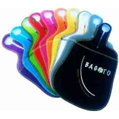 Bagoto Ecolo - Bagoto® Ecolo (l'original), est le 1er sac sac de propreté /vide-poche pour voiture à la fois design, réutilisable et lavable, léger et résistant, fabriqué en tissu non tissé (TNT) ou biodégradable en bambou. Le Bagoto® est un sac qui mesure 22 cm de large et 33 cm de haut, ergonomique, proposé en TNT en 10 coloris éclatants (noir, blanc, gris, rouge, rose, orange, jaune, vert, bleu et violet) ainsi que dans une collection « Terra » (beige, kaki et brun). En version compostable, Bagoto® est en fibre de bambou, 100 % naturel, tout doux, de couleur crème, biodégradable, et réutilisable. D'une forme proche de celle d'une raquette de tennis de table, Bagoto® s'accroche grâce à une poignée en anneau au levier de vitesses (des boîtes automatiques ou manuelles) ou à l'appui-tête des sièges de la plupart des modèles de voitures.