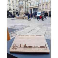 Planche apéro Fresque Bordeaux - Planche apéro en bois sur laquelle la Fresque de Bordeaux est gravée au Laser.
