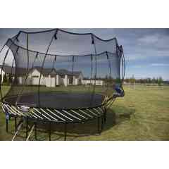 Grand Carré Trampoline S113 - Springfree trampoline 3,4m x 3,4m - Le grand Carré Trampoline S113 Springfree Trampoline est conçu pour les sauteurs actifs (enfants et adultes) et tous les âges. PAS DE RESSORTS = PLUS DE SURFACE DE SAUT La surface de saut de notre trampoline carré est de 3.4m x 3,4m. Cette surface est équivalente à un trampoline traditionnel de 4.3m. Le grand Carré Trampoline permet de maximiser votre surface de saut et de gagner de la place précieuse dans votre jardin