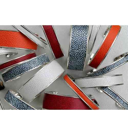 Bracelet jonc métal et cuir - Les bracelets joncs et manchettes « Arya France » sont ouverts sur l'arrière, s'adaptant ainsi à la plupart les morphologies.  Cela permet également d'enfiler le bracelet aisément et de l'ajuster au poignet en l'ouvrant, ou le refermant légèrement.  Le design sobre allié à un cuir unique, font de nos bracelets, des accessoires de mode raffinés qui se portent à toutes occasions.