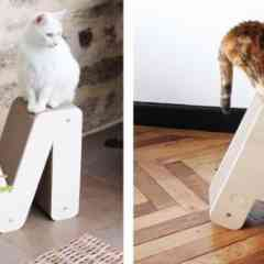 Griffoir pour Chat Homycat - Du mobilier déco pour faire plaisir aux humains et aux chats ! La première collection Homycat se décline en lettres et formes design. Que vous soyez en compagnie d'un ou plusieurs chats, ou à la recherche d'un mobilier esthétique pour votre intérieur, cette nouvelle collection est faite pour vous. Elle répond à une demande forte du public pour un mobilier à la fois design pour s'intégrer à la décoration intérieure de chacun et pratique pour répondre aux attentes des chats ! Choisissez les griffoirs de votre choix pour exposer chez vous des initiales, symboles ou pour écrire de petits mots tendances !   Le griffoir pour chat Homycat se présente tel l'arbre à chat innovant sur lequel votre félin pourra faire ses griffres et s'amuser. L'avantage ? Homycat présente une gamme de produits allant de la lettre A à Z ainsi que d'autres formes esthétiques (sapin, nuage, esperluette, etc).  Le plus ? Homycat participe à la préservation de l'environnement : nos griffoirs chats sont innovants car ils sont recyclables (une fois le griffoir usé, seules les recharges sont à remplacer).