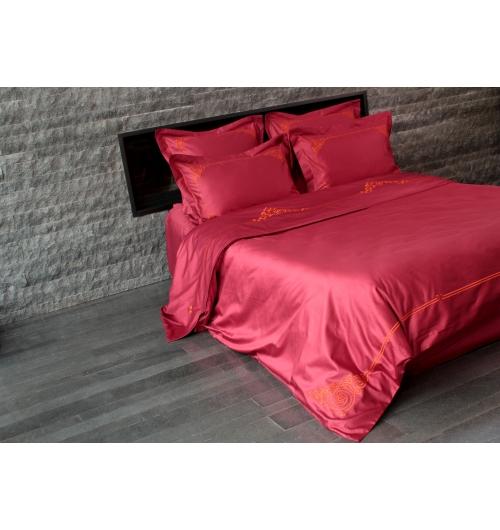 Parure de lit Floréal Orange - <p>Parure de lit 100% satin de coton longue fibre, chatoyant, souple et doux, dans une teinte <strong>bordeaux / framboise</strong> et brod&eacute;e avec un fil orange vif. L'&eacute;l&eacute;gance et la vivacit&eacute; du fil <strong>orange</strong> dynamise le satin framboise et produit un ensemble chic et contemporain.<br /> Selon votre choix, taies d'oreiller, housse de couette, drap plat et drap housse composeront votre parure. La housse de couette est brod&eacute;e c&ocirc;t&eacute; face &agrave; 60cm environ du bord sup&eacute;rieur et &agrave; chaque coin du bord inf&eacute;rieur ainsi que sur tout le bas de la couette. Le drap plat est brod&eacute; sur sa partie rabattue (qui est elle-m&ecirc;me doubl&eacute;e).<br /><br /><strong>Satin de coton de qualit&eacute; sup&eacute;rieure: 150 fils / cm2</strong> - aspect soyeux, chatoyant et doux. <strong>Confection fran&ccedil;aise</strong>.</p>