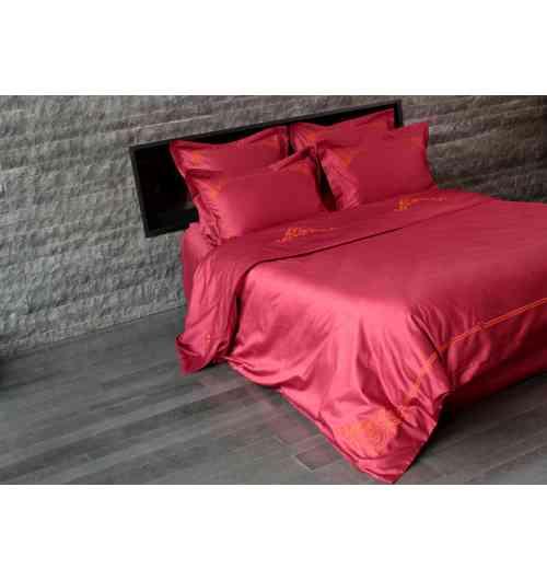 Parure de lit Floréal Orange - <p>Parure de lit 100% satin de coton longue fibre, chatoyant, souple et doux, dans une teinte <strong>bordeaux / framboise</strong> et brodée avec un fil orange vif. L'élégance et la vivacité du fil <strong>orange</strong> dynamise le satin framboise et produit un ensemble chic et contemporain.<br /> Selon votre choix, taies d'oreiller, housse de couette, drap plat et drap housse composeront votre parure. La housse de couette est brodée côté face à 60cm environ du bord supérieur et à chaque coin du bord inférieur ainsi que sur tout le bas de la couette. Le drap plat est brodé sur sa partie rabattue (qui est elle-même doublée).<br /><br /><strong>Satin de coton de qualité supérieure: 150 fils / cm2</strong> - aspect soyeux, chatoyant et doux. <strong>Confection française</strong>.</p>