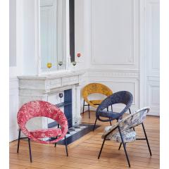44 - Rééditions 50's Grands classiques des années 50's, BUROV réédite ses collections historiques dessinées par le couple de designers.  Une belle histoire qui réunit l'iconique fauteuil 44, l'élégance du savoir-faire Lelièvre Paris et l'intarissable créativité de Jean-Paul Gaultier. Pour habiller l'intemporel Saturne 44, quoi de mieux que l'historique et renommée Maison Lelièvre. Et quand le raffinement s'associe aux motifs et aux couleurs de l'audacieux créateur Jean Paul Gaultier cela donne une pièce où la ligne et l'habillage dévoilent une douce poésie.