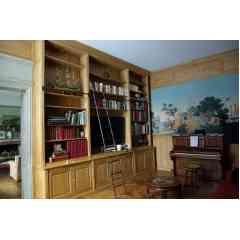 Lambris et bibliothèque en chêne massif - Aménagement sur mesure pour un salon bibliothèque avec intégration d'une fresque peinte