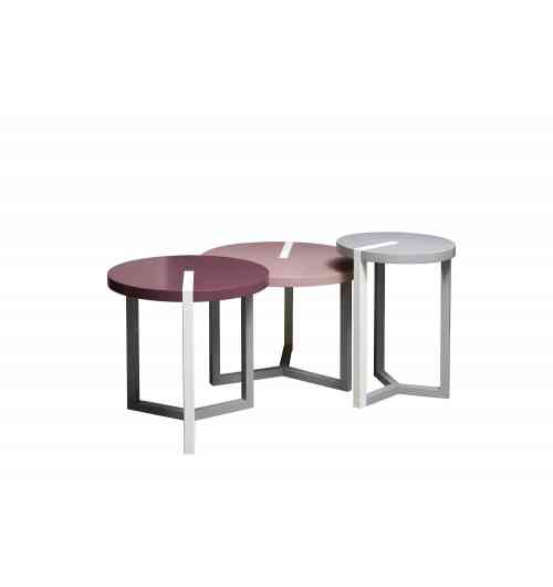 TRIOLET - Avec quatre diamètres différents, les petites tables TRIOLET jouent la carte de la modularité. Plusieurs regroupées constituent une table basse devant la canapé. Dissociées, elles se transforment en bout de canapé ou en guéridon installé sur le côté. L'incrustation d'un trait chêne teinté ou gainé cuir correspondant au piètement dans le plateau laqué est le petit plus de cette gamme. Elle permet de combiner les matières et les couleurs selon les envies et le style de décoration recherché.