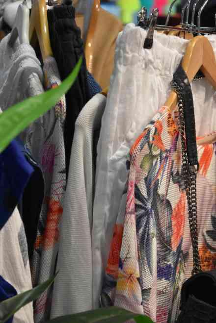 Des vêtements colorés sur le stand de Tera bora