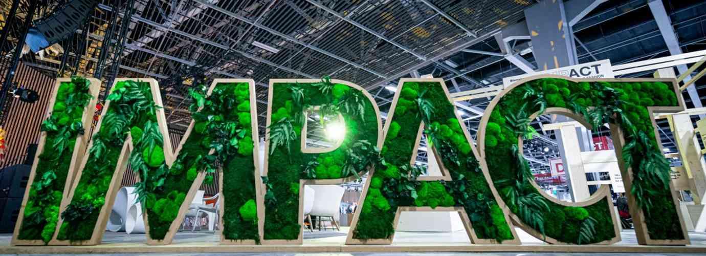 IMPACT est écrit en grosses lettres indépendantes et végétalisées