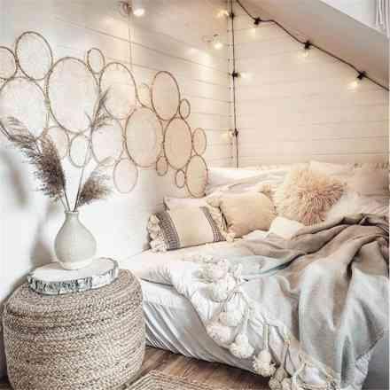 lit blanc confortable avec coussins et plaid inspiration cocooning