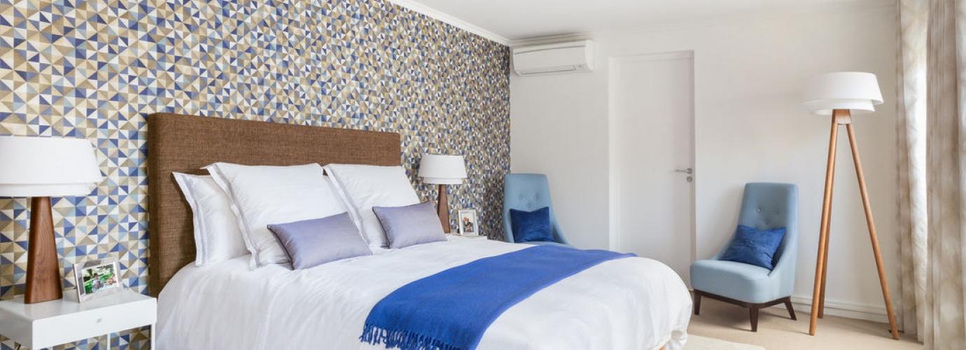 une chambre sous les toits transform e pour faire une surprise foire de paris. Black Bedroom Furniture Sets. Home Design Ideas