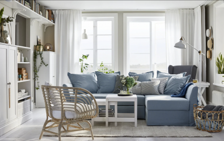 Salon aux tons bleus avec luminaires muraux