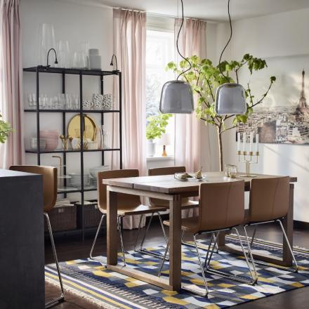 Luminaires design a dessus d'un ensemble de salle à manger