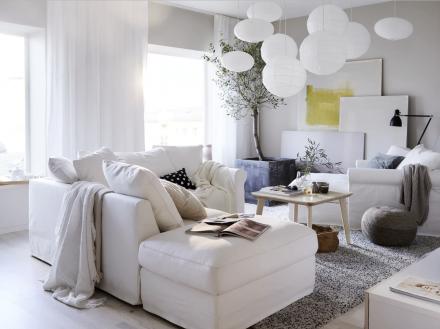 Salon aux couleurs claires avec luminaires suspendus de type arrondis