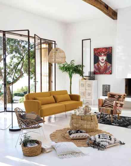 Salon aux couleurs naturelles et tendances avec luminaire sur pied