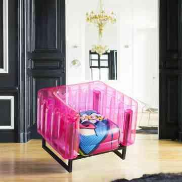 Fauteuil rose design en plastique imaginé par MOJOW