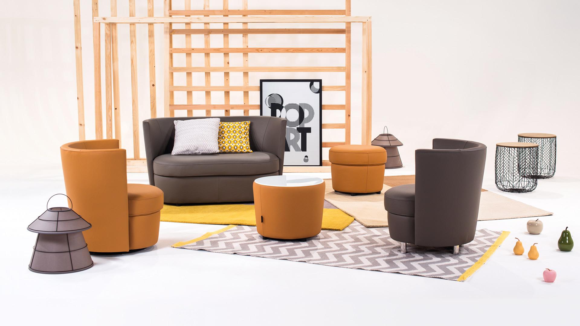 Canapé et fauteuils tendances dans les teintes marron, ambiance disco, proposé par Neology