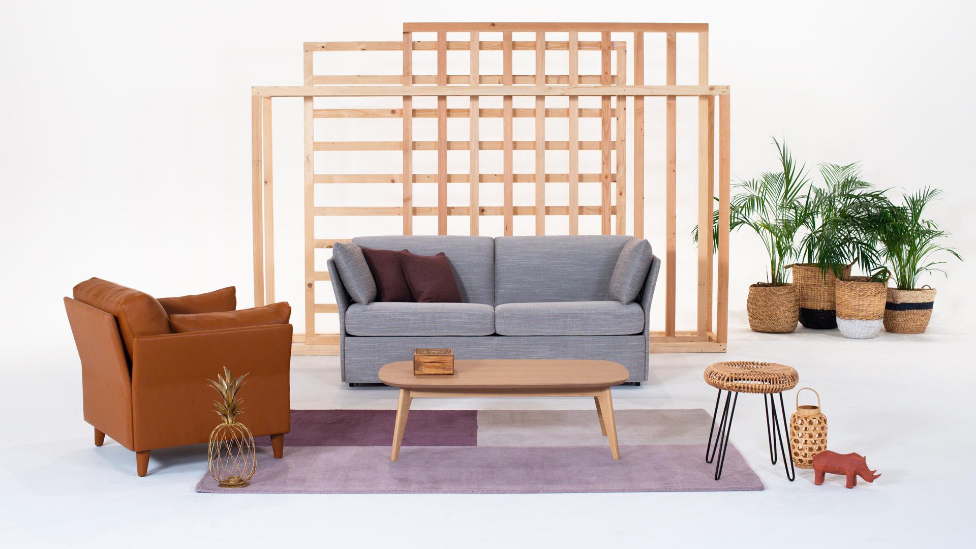 Canapé gris et fauteuil cuivre. Amènagement proposé par Neology.