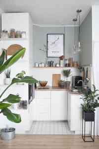 Petite cuisine bien aménagée aux couleurs blanches