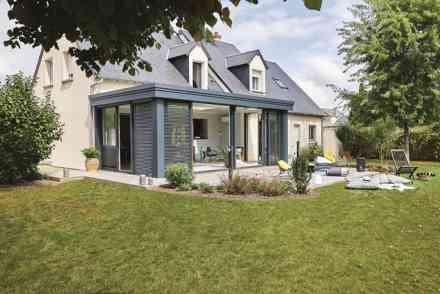 Le modèle Esthète design a toit plat de Véranda Gustave Rideau, idéale pour assurer une extension à votre maison