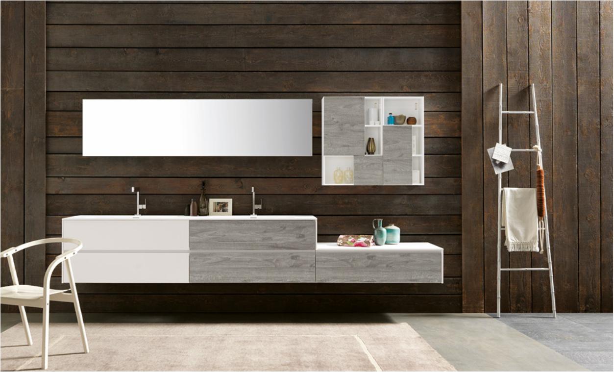 Salle de bain avec un mur en bois, rangements blanc et gris tendances.