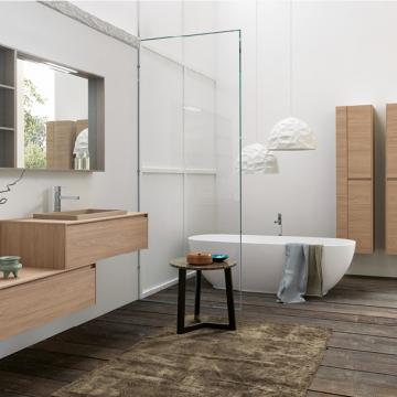 Salle de bain avec luminaires blancs suspendus en reliefs, rangements bois et murs blancs.